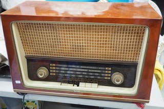 Radio Antigua de madera clara