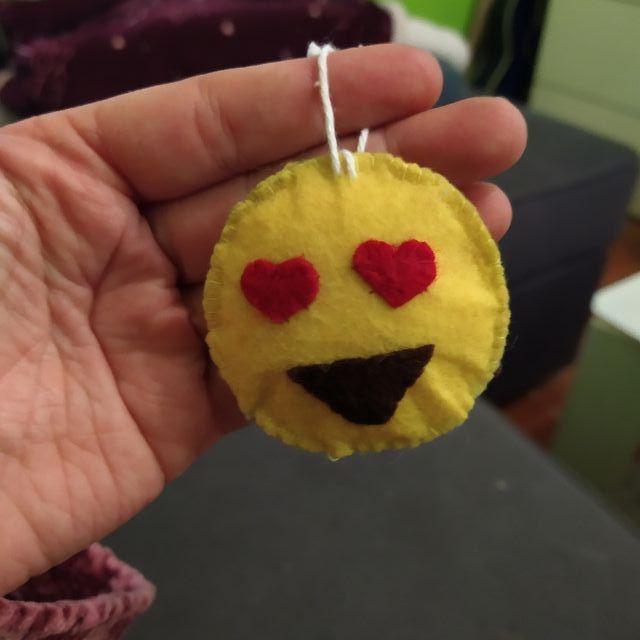 muñeco emoji de fieltro para gatos o llavero