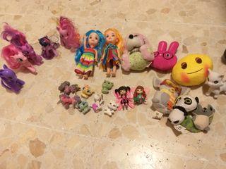 dos lotes de juguetes pequeños