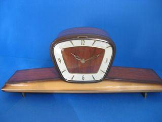 Reloj vintage decorativo de madera.