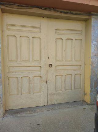 Puerta de negrillo.