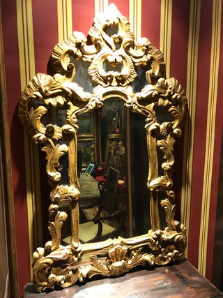 Espejo dorado barroco antiguo.