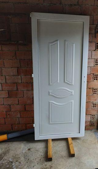 Puerta PVC blanca de entrada