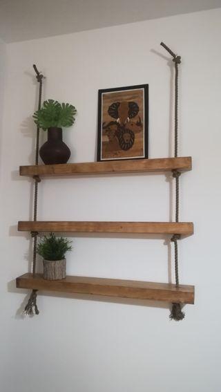 Estanteria de madera y cuerdas
