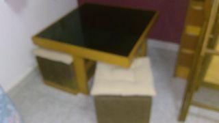 mesa cristal baja para sala estar con cuatro tabur