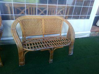 Mesa, sillones y banco