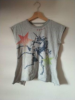 Camiseta gris,Unicornio,espalda descubierta.