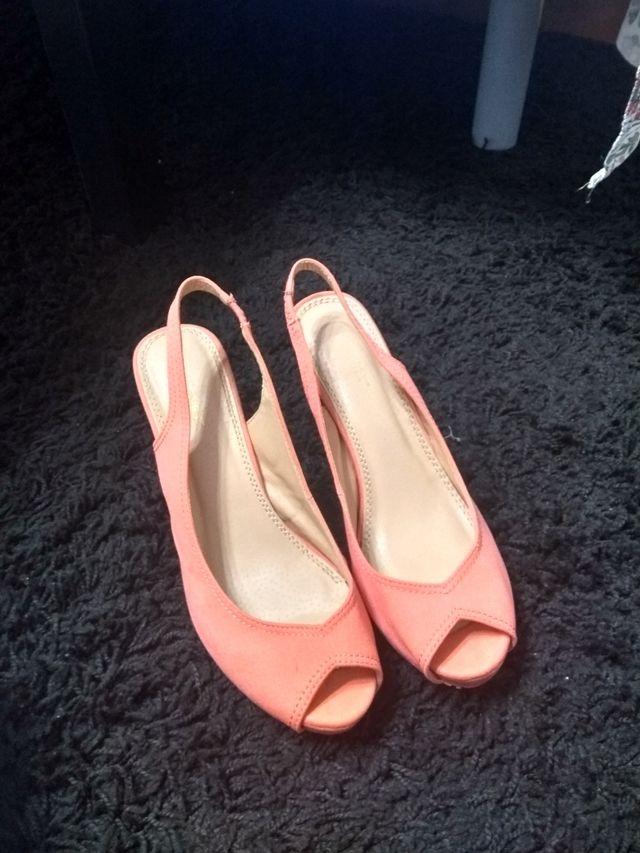 zapatos descubiertos naranja