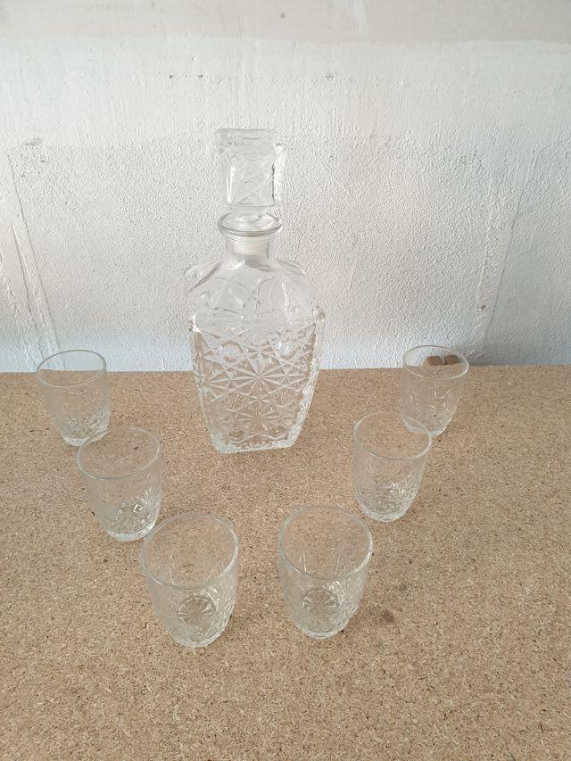 Licorera de cristal tallado con vasitos