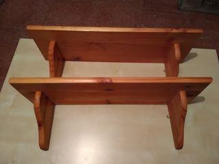 Dos repisas de madera