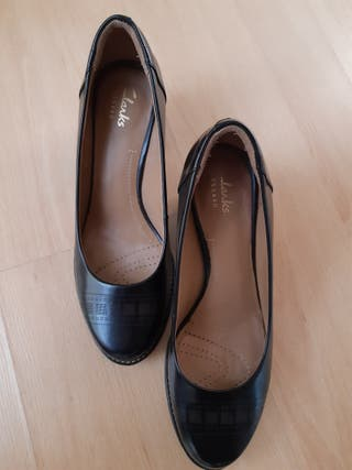 Zapatos negros clark de segunda mano por 30 € en Sabadell en