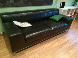 sofá de piel negra