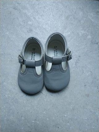 Zapatitos gris.