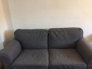 Sofá de 2 plazas muy cómodo.