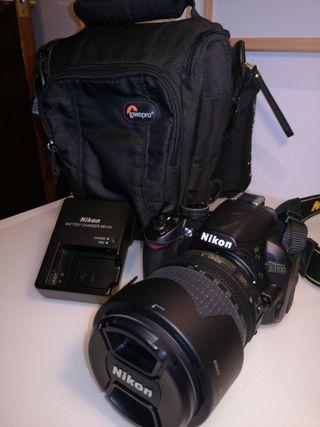 Cámara Nikon D3100 con objetivo Nikon 18-105 mm