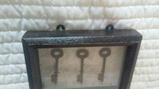 Cuadro de llaves antiguas.
