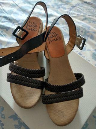 sandalias negras UN PASO MAS