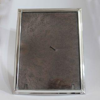 Marco de mesa para fotos de metal color plateado.