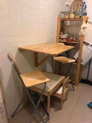 Mesa alta plegable con 2 taburetes en buen estado