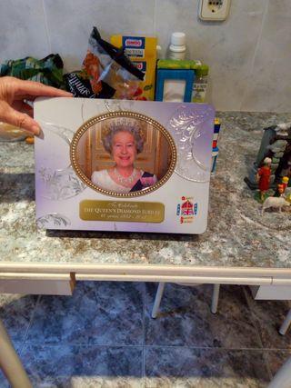 caja con foto de la reina de Inglaterra