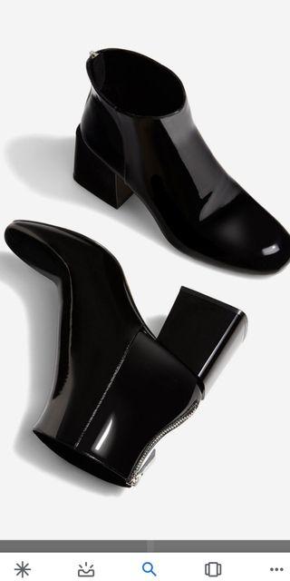 botín negro de charol Stradivarius