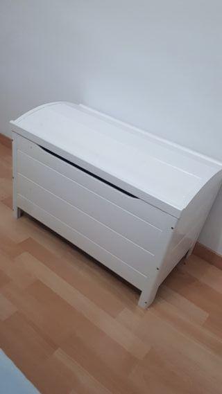 Baúl de madera en blanco