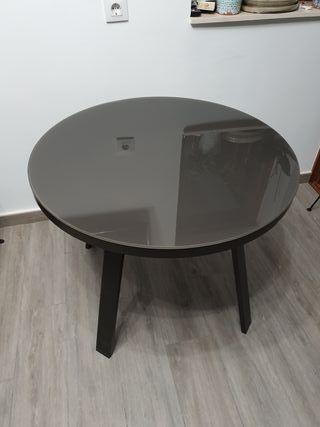 mesa redonda de aluminio y cristal marrón