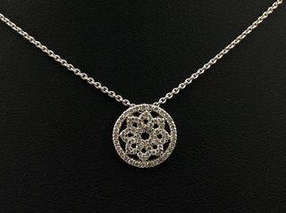 Colgante y cadena de oro blanco con diamantes