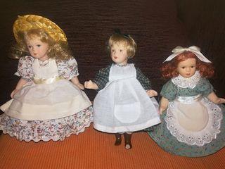 Muñecas de porcelana y accesorios.
