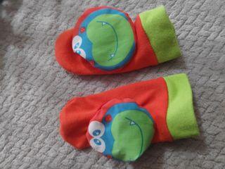 juguete sonajero pies