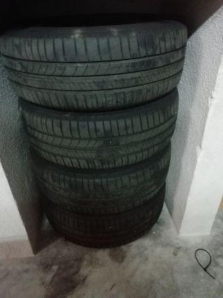 cuatro llantas con neumático