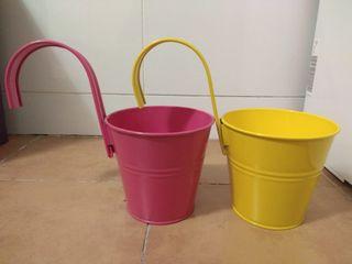 Maceteros de metal rosa y amarillo
