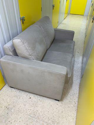 Sofá gris dos plazas