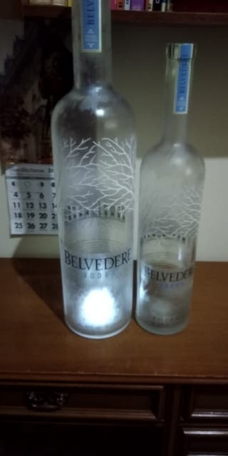 se venden botellas de belvedere y otra más