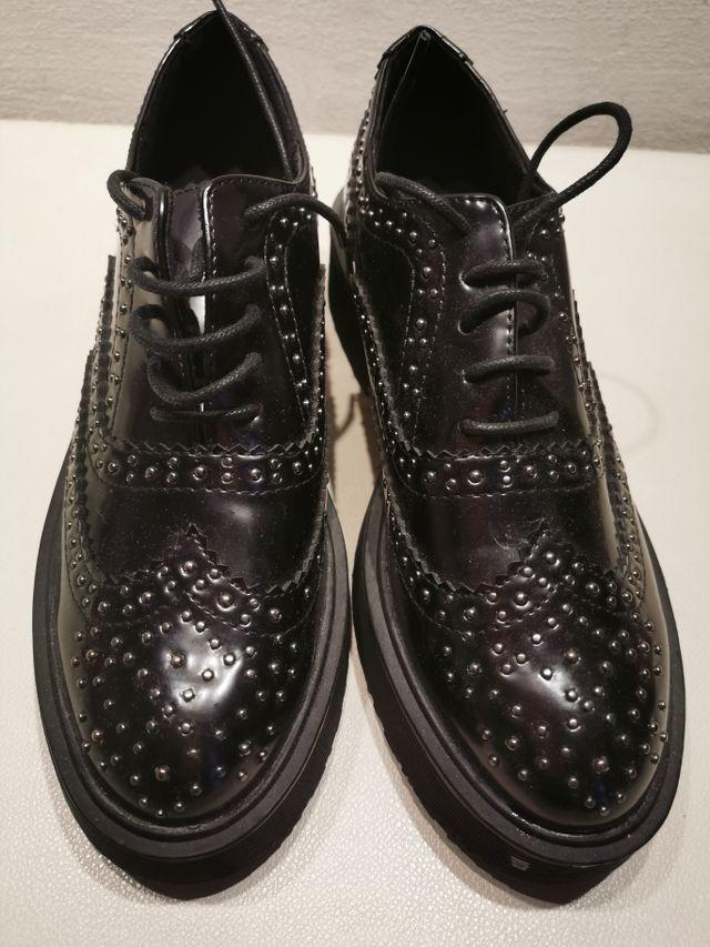 zapato con tachuelitas muy bonito y sin extrenar.