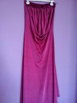 Vestido de fiesta en color fucsia.