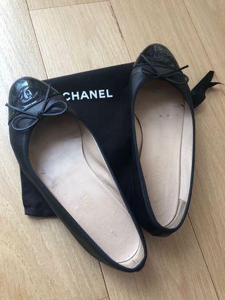 Bailarinas de Chanel negras de piel.