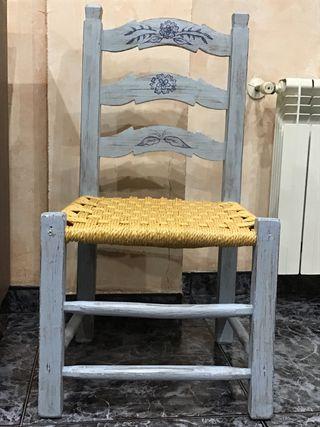 Silla de madera restaurada y asiento de anea.