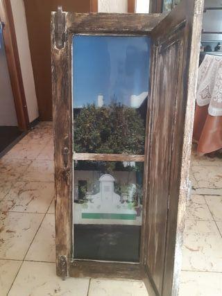 una ventana de coracion con foto de fondo