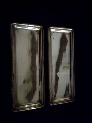 Dos bandejas rectangulares con baño de plata.