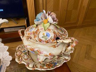 Sopera con plato de porcelana