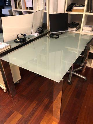 Seis mesas de despacho de vidrio