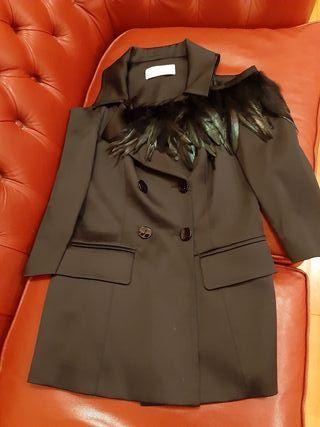 chaqueta de raso con plumas