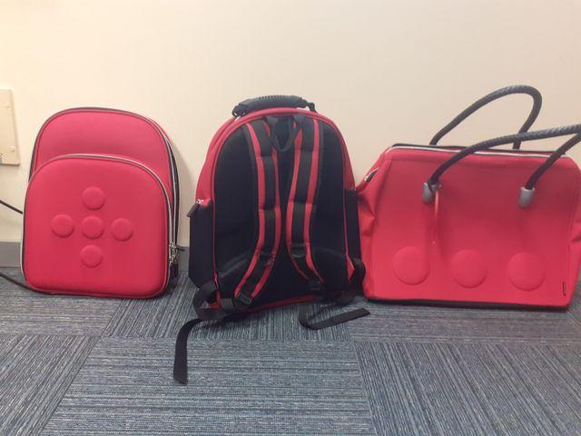 Bolso y/o mochila desmontable fucsia.