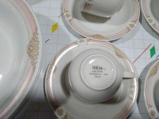 5 platos hondos ,5 platos llanos y 6 tazas con sus