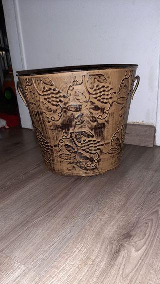 Macetero de latón grabado con asas
