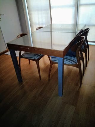 Mesa comedor y 4 sillas.