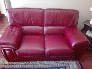 Dos sofás de piel roja