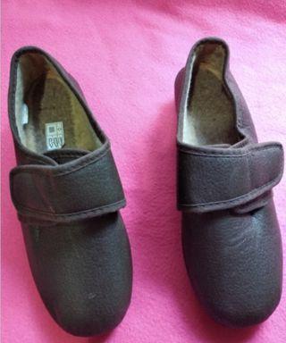Zapatillas cómodas color marrón. Talla 38