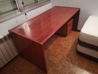 Mesa de despacho y silla